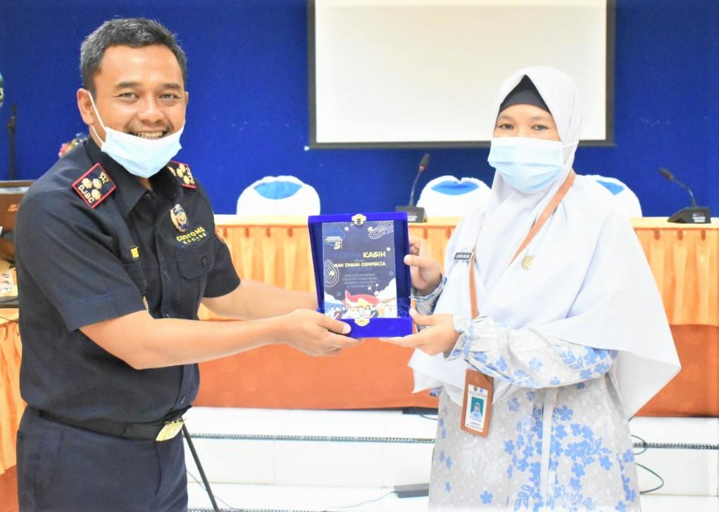 Kepala Bea Cukai Serahkan Plakat Kemenkeu Mengajar ke MAN IC Gorontalo